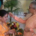 राष्ट्रपति भण्डारीद्वारा आमा मिथिला पाण्डेका हातबाट टीका ग्रहण